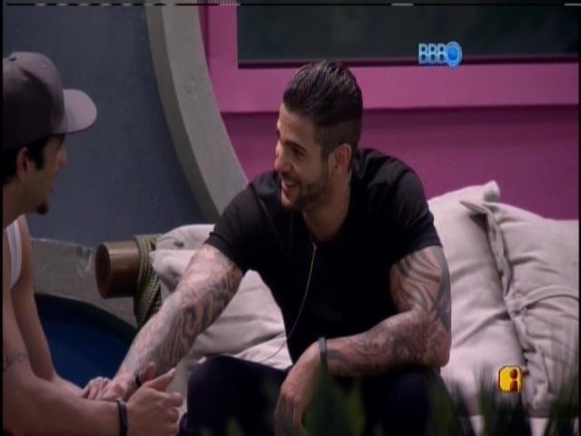 16.jan.2014. Junior conversa com Rodrigo sobre relacionamentos