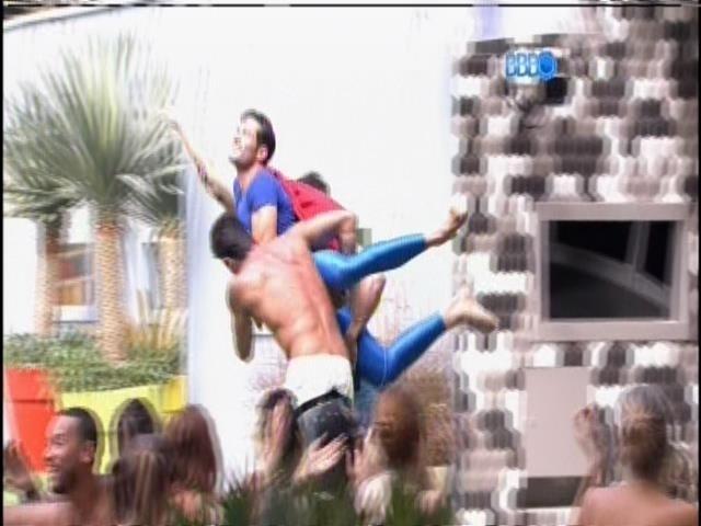 17.jan.2014 - Diego e Cássio seguram Roni e simulam 'voo' do Super-Homem