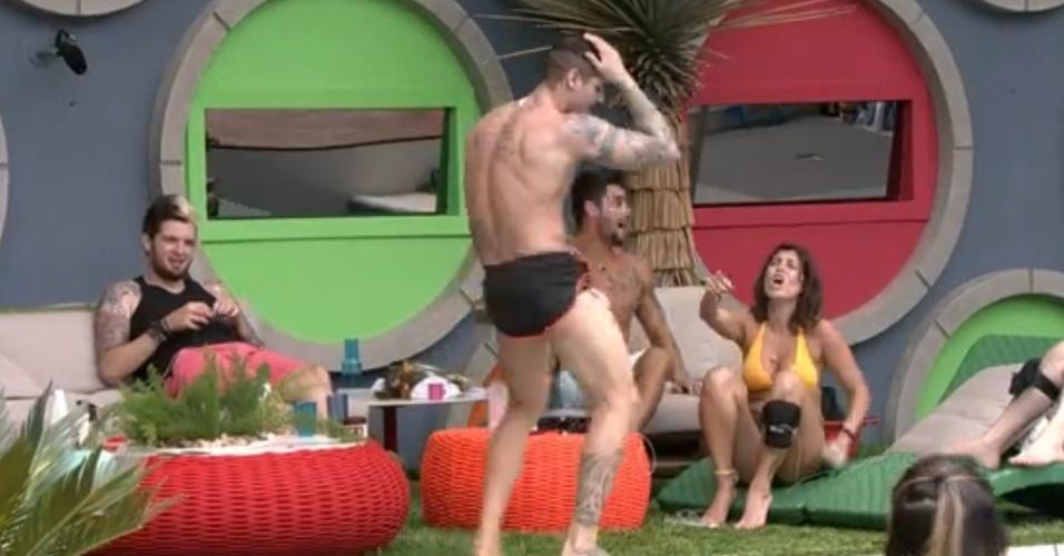 """17.jan.2014 - O cozinheiro Rodrigo dança ao som de """"Na Boquinha da Garrafa"""""""