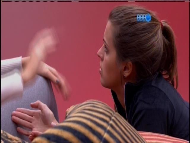 Angela, em conversa com Amanda e Letícia, no quarto do líder.