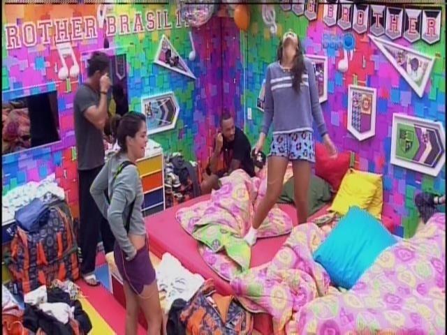 Após a sirene tocar, os participantes acordam para o quarto dia de confinamento na casa