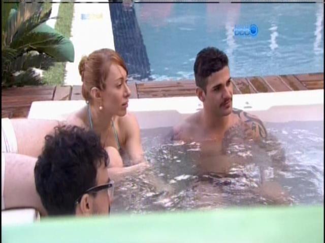 17.jan.2014 - Aline, Rodrigo, Alisson e Valter aproveitam a banheira de ofurô na área externa da casa.