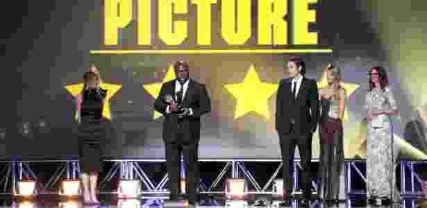 """O diretor de """"12 Anos de Escravidão"""", Steve McQueen, recebe o prêmio de melhor filme - Kevin Winter/AFP"""