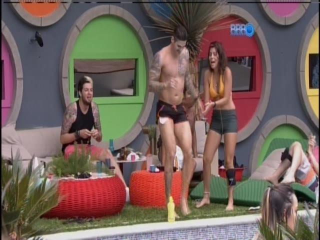 17.jan.2014 - Rodrigo dança axé enquanto Bella canta