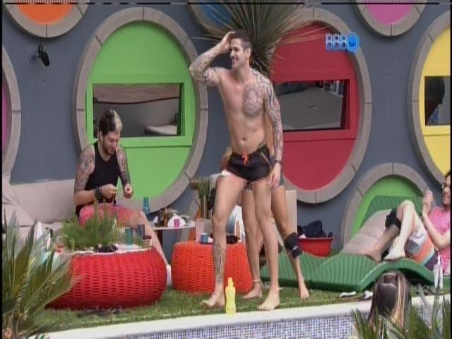 Rodrigo dança na varanda