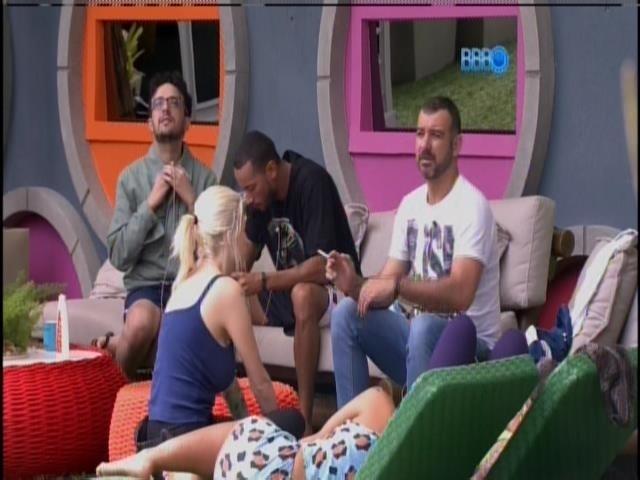 17.jan.2014 - Vagner conversa com os brothers na varanda
