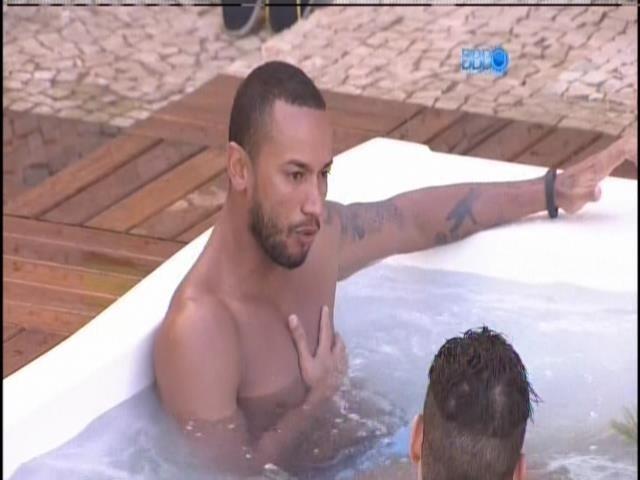 17.jan.2014 - Valter na banheira.
