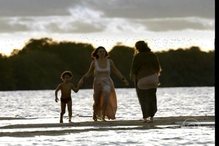 """17.jan.2014 - """"Amores Roubados"""" termina com Antônia e o filho - que ela batizou com o nome do pai, Leandro - nas águas do sertão com a mãe dela, Isabel"""