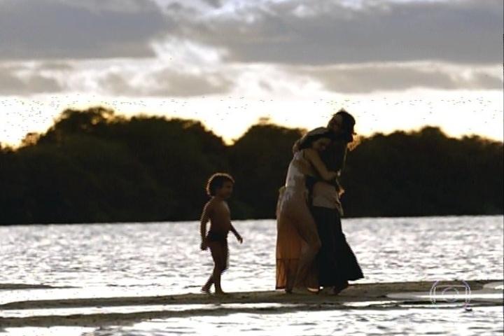 """17.jan.2014 - """"Amores Roubados"""" termina com Antônia e o filho - que ela batizou com o nome do pai, Leandro - nas águas do sertão com Isabel"""