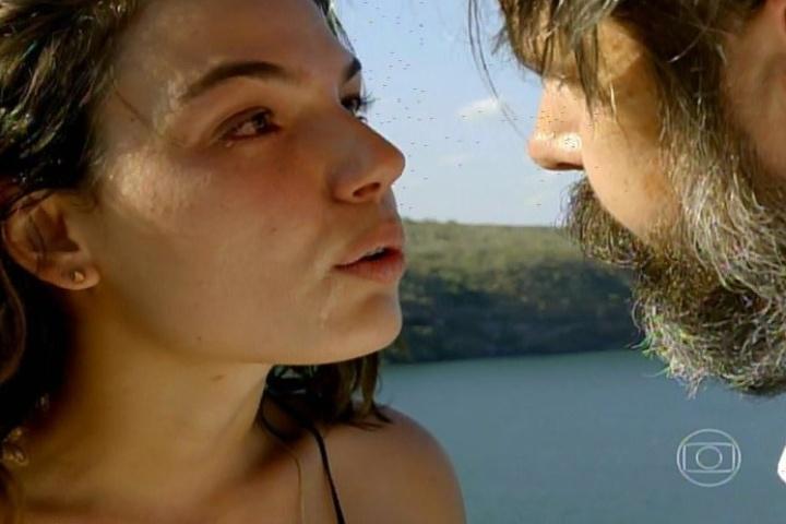"""17.jan.2014 - No último capítulo de """"Amores Roubados"""", Antônia conversa com o pai próximo a um penhasco. Ela revela que sabe que foi Jaime quem mandou matar Leandro e conta que está grávida"""