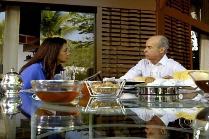 """17.jan.2014 - No último capítulo de """"Amores Roubados"""", Cavalcanti recebe o teste de DNA para saber se o filho é mesmo dele com Celeste"""