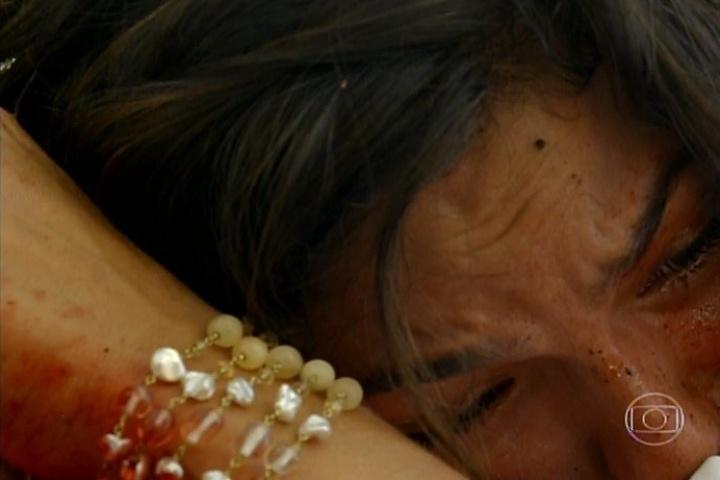 """17.jan.2014 - No último capítulo de """"Amores Roubados"""", Desnorteado com a revelação da filha de que está grávida de Leandro, Jaime se afasta e cai do penhasco. Antônia se desespera e desce para ver o pai. Jaime morre nos braças da filha"""