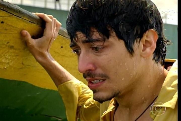"""17.jan.2014 - No último capítulo de """"Amores Roubados"""", Fortunato consegue escapar dos capangas de Jaime"""