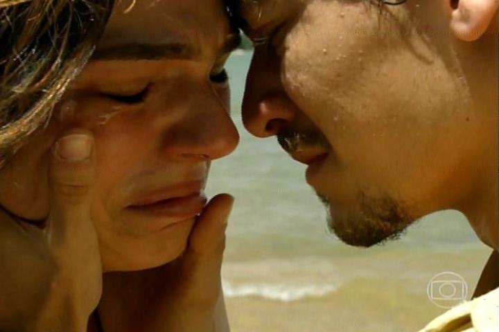 "17.jan.2014 - No último capítulo de ""Amores Roubados"", Fortunato conta para Antônia que o pai dela mandou matar Leandro"