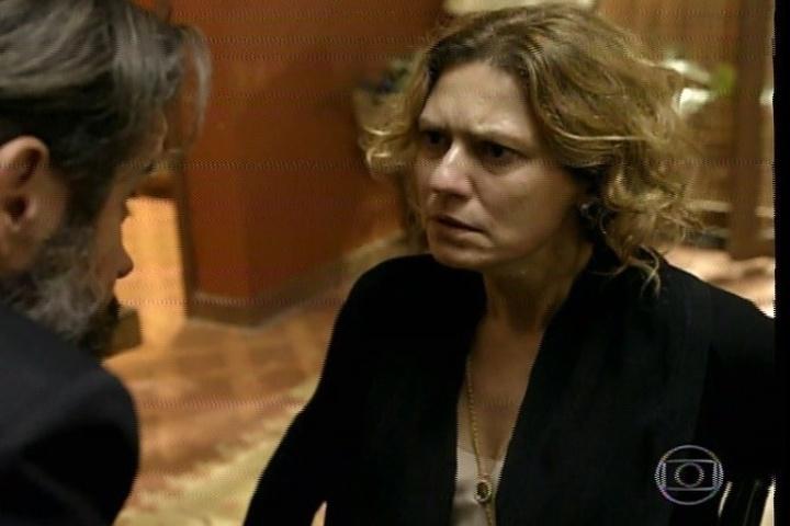 """17.jan.2014 - No último capítulo de """"Amores Roubados"""", Isabel diz para Jaime que sabe que ele mandou matar Leandro. O empresário diz para a mulher que ela está louca"""