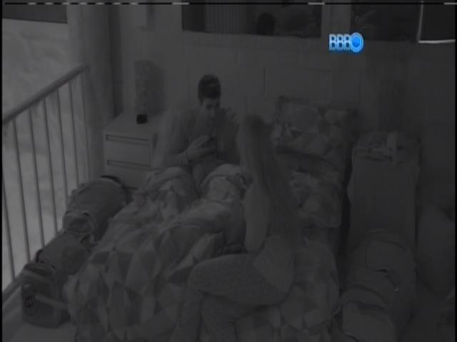 17.jan.2014. Rodrigo conversa com Aline sobre Letícia e Amanda