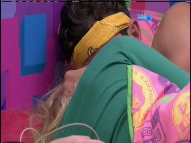 17.jan.2014-Roni dorme abraçado com Tatiele