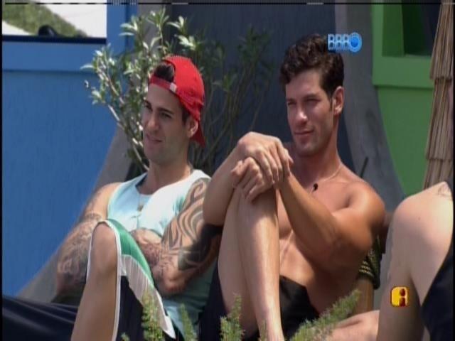 18.jam.2014 - Rodrigo e Roni apreciam a beleza da Tatieli