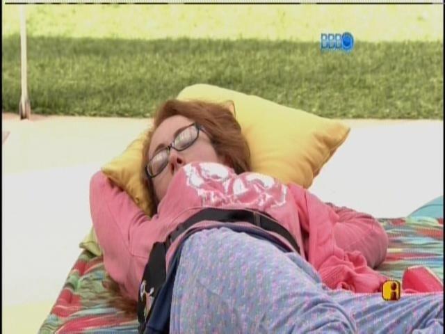 18.jan.2014 - Aline dorme na parte externa da casa
