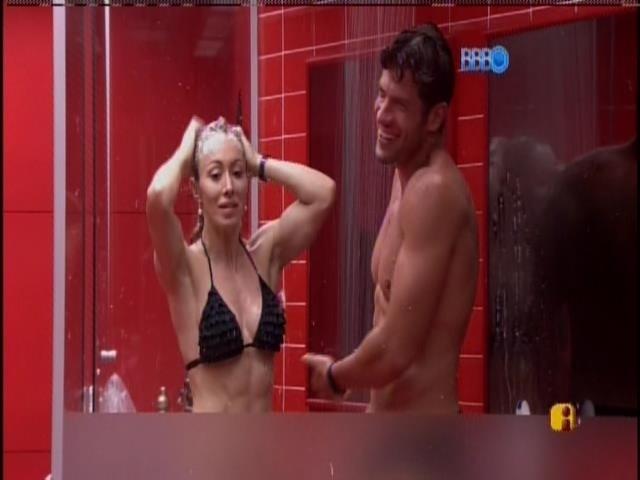 18.jan.2014 - Aline entra para tomar banho com Roni no quarto do líder