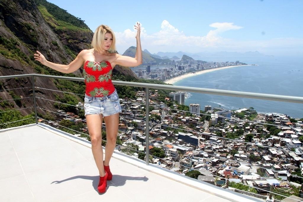 18.jan.2014 - Antônia Fontenelle sobe de mototáxi em comunidade carioca, A atriz usou o meio de transporte mais comum nas favelas cariocas para realizar um ensaio fotográfico no Vidigal, na tarde deste sábado (18)