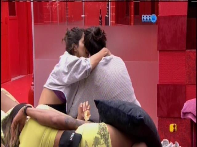 18.jan.2014 - Após chorar, Franciele recebe carinho e apoio de Bella no Quarto do Líder