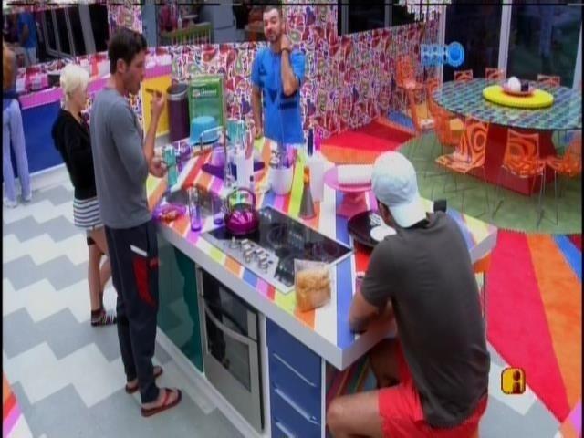 18.jan.2014 - Clara, Roni, Marcelo e Valter conversam durante o o café da manhã