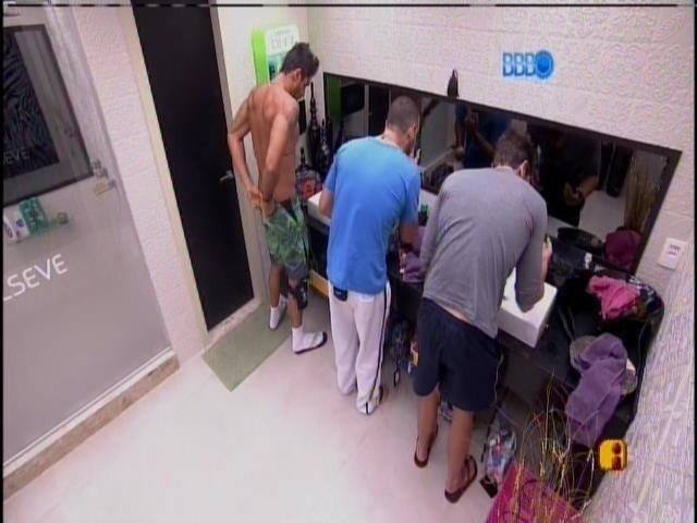 18.jan.2014 - Diego, Vagner e Roni fazem a higiene matinal neste sábado