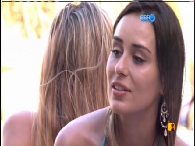 18.jan.2014 - Letícia conversa com Marcelo na beira da piscina
