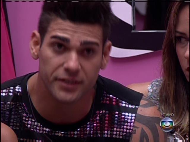 18.jan.2014 - Rodrigo votou em Amanda