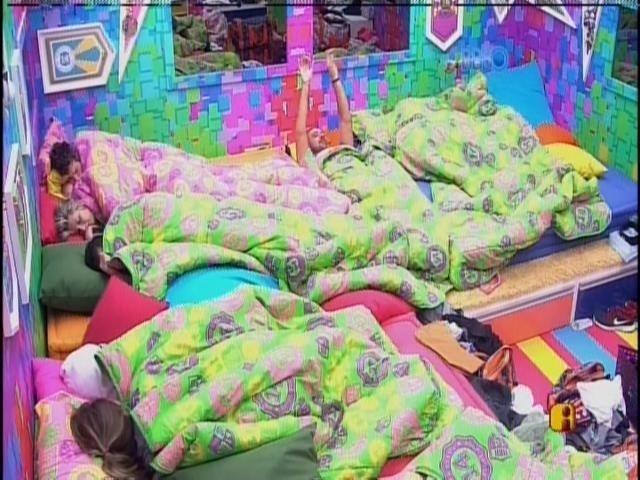 18.jan.2014 - Participantes continuam na cama após a sirene tocar e Vagner começar a cantar