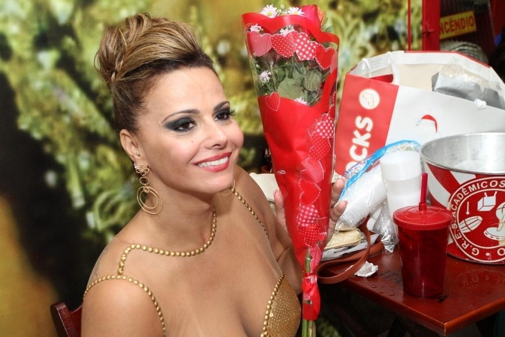19.jan.2014 - Acompanhada do noivo, Radamés, Viviane Araújo foi homenageada pelo seu fã-clube durante o ensaio do Salgueiro, na madrugada deste domingo (19), no Rio de Janeiro. Em retribuição ao carinho de seus seguidores, a rainha de bateria da escola deu um selinho em uma fã