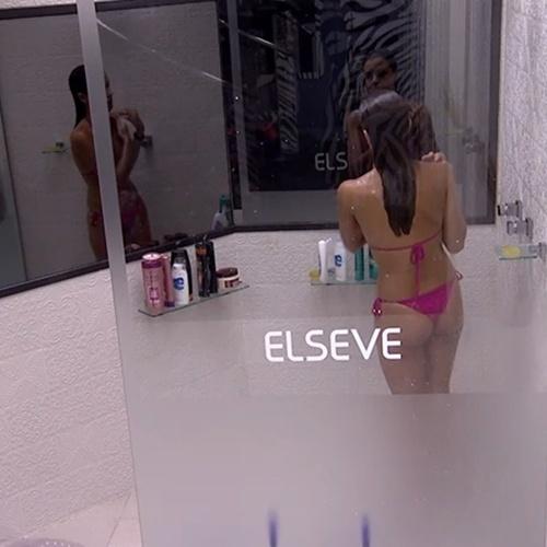 19.jan.2014 - Angela tomando banho