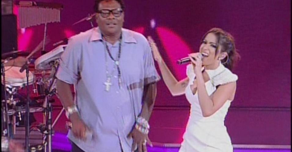 """19.jan.2014 - Anitta e MC Sapão no programa """"Sai do Chão"""", na tarde deste domingo (19), na Globo"""
