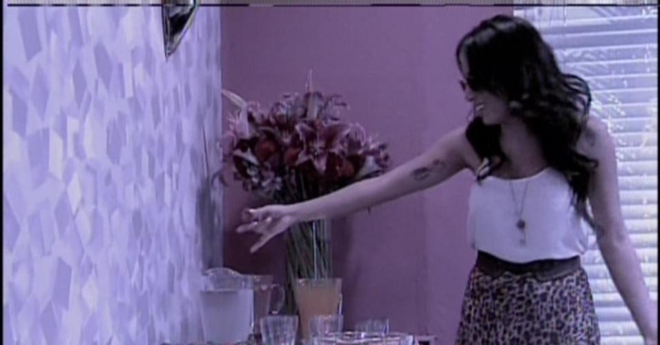 """19.jan.2014 - Anitta mostrando o seu camarim no programa """"Sai do Chão"""", na tarde deste domingo (19), na Globo"""