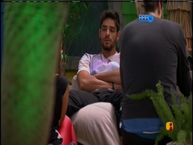 19.jan.2014 - Diego conversa com brothers na varanda