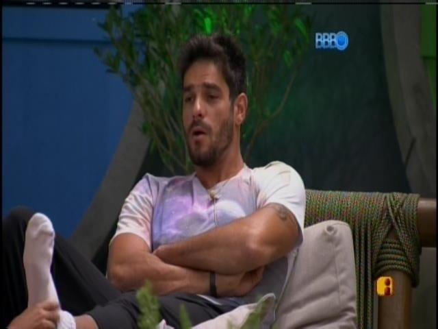 19.jan.2014 - Diego conversando na varanda