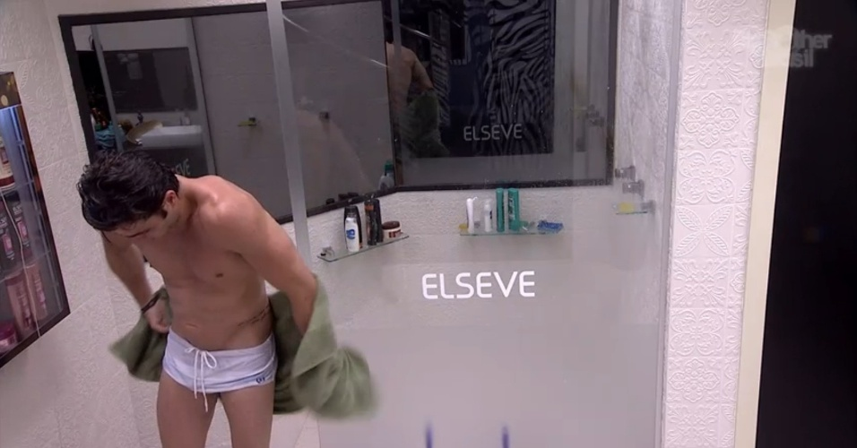 19.jan.2014 - Junior saindo do banho