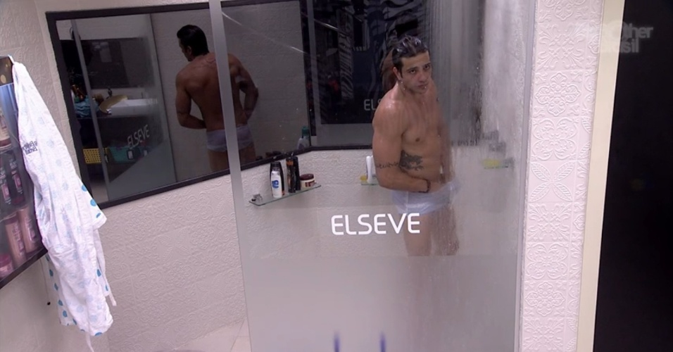 19.jan.2014 - Junior tomando banho