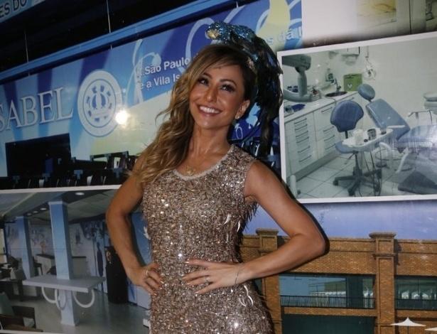 19.jan.2014 - Rainha de bateria da escola de samba, Sabrina Sato causou frisson ao participar do ensaio da Vila Isabel, na madrugada deste domingo (19), na Zona Norte do Rio
