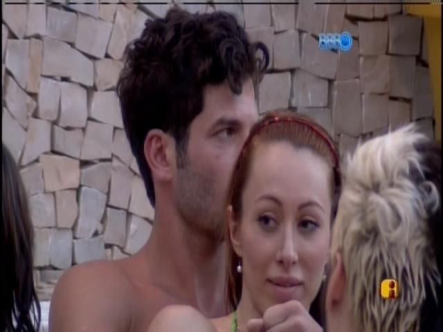 19.jan.2014 - Roni na banheira abraçado com Aline