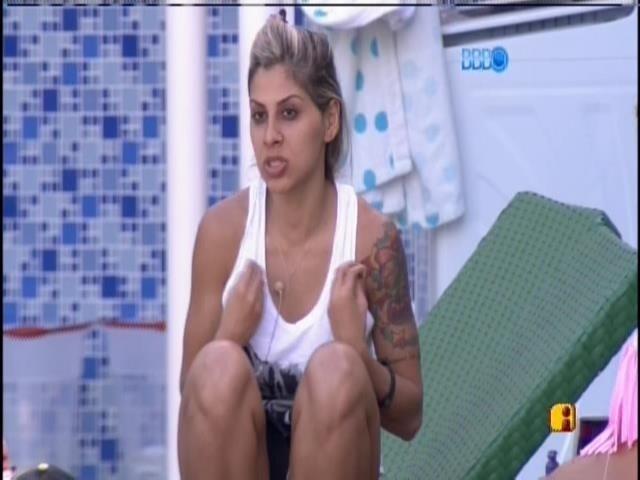 19.jan.2014 - Vanessa conversa na beira da banheira