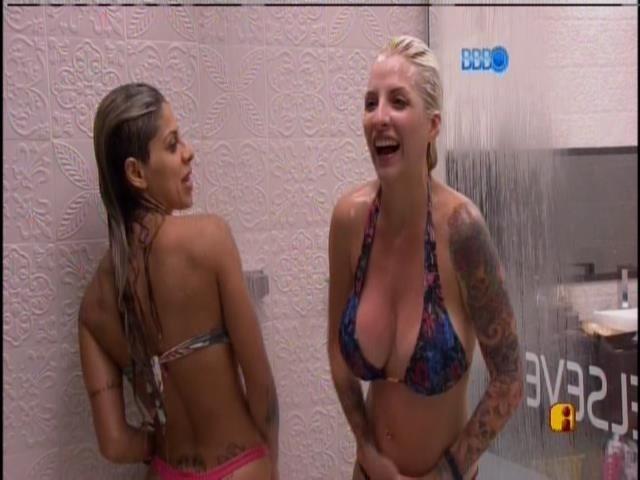 19.jan.2014 - Vanessa entra para tomar banho com Clara