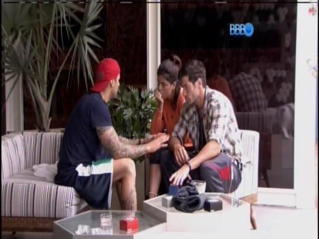 19.jan.2014. Rodrigo, Roni e Bella conversam sobre o jogo