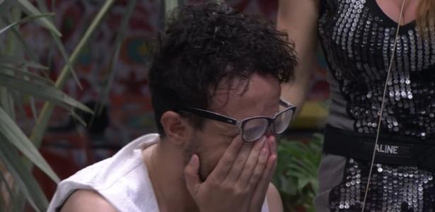 Na noite de sábado, durante a festa, Alisson cai no choro por estar no paredão