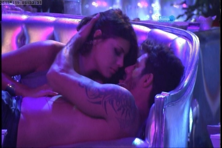 """18.jan.2014 - Diego e Franciele se beijam na segunda festa do """"BBB14"""""""