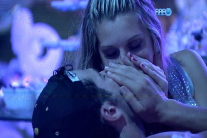 18.jan.2014 - Roni e Tatiele se beijam