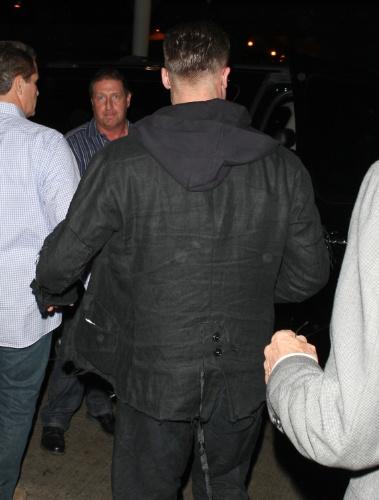 17.jan.2014 - Brad Pitt aparece com o cabelo mais curto e raspado dos lados no aeroporto de Los Angeles, nos Estados Unidos