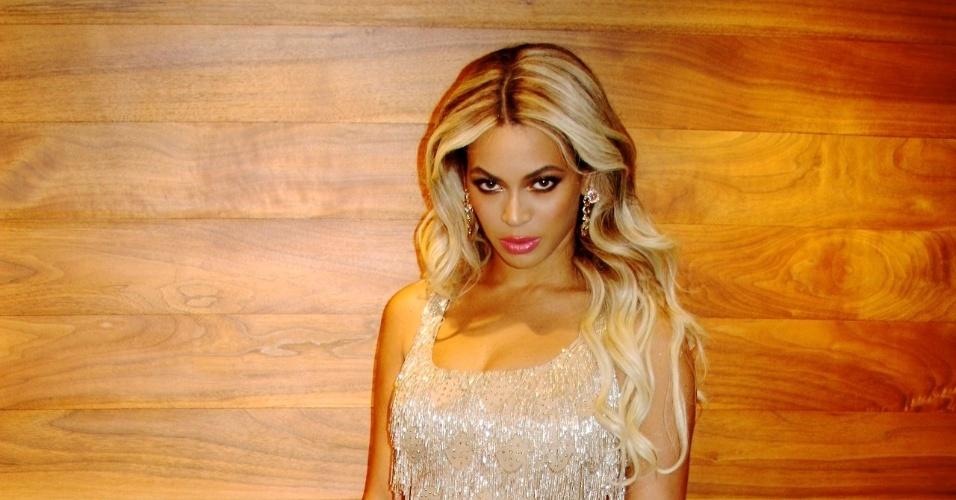 """18.jan.2014 - Beyoncé exibe vestido curto e brilhante com o qual compareceu à festa de 50 anos de Michelle Obama, a primeira dama norte-americana. A cantora se apresentou na festa, onde, segundo a revista """"People"""", cantou o sucesso """"All The Single Ladies"""""""