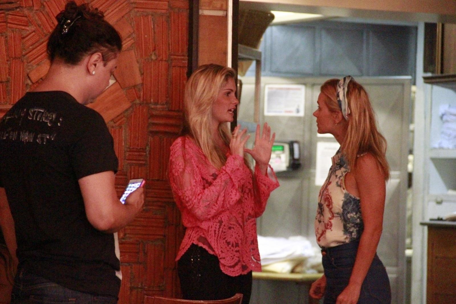20.jan.2014 - Bárbara Evans e Carolina Dieckmann conversaram em uma churrascaria no Rio. Elas estavam no aniversário de Francisco, filho de Preta Gil